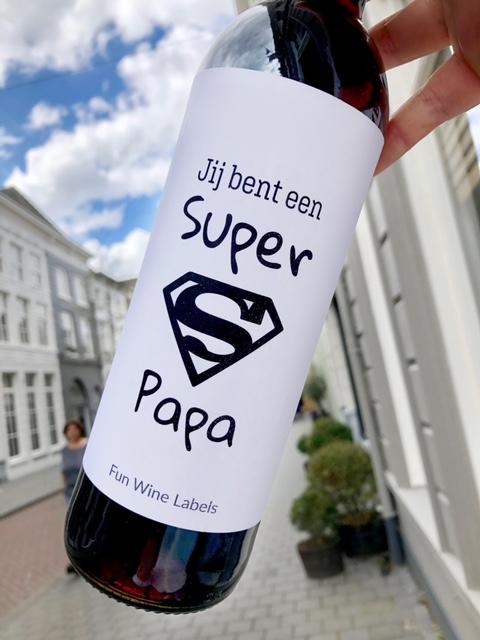 wijnetiket super papa op een fles wijn